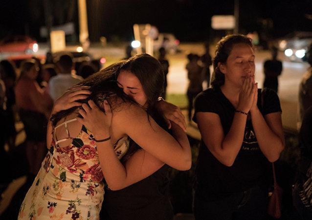 Mulheres se abraçando durante vigília pelas vítimas de Brumadinho (MG)