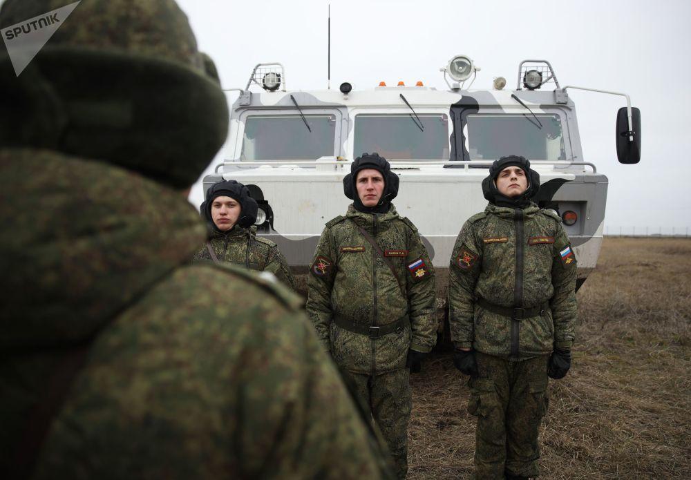 Militares das Forças Armadas da Rússia formados na linha durante exercícios militares