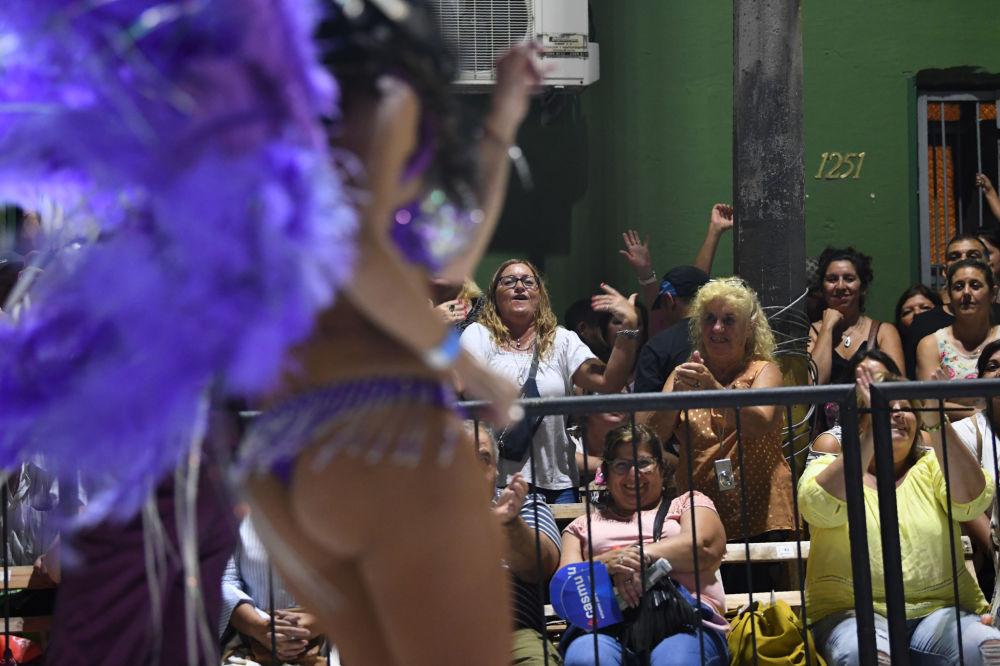 Rainha de bateria sendo apreciada pelos expectadores, que estavam acompanhando o desfile do grupo Comparsa