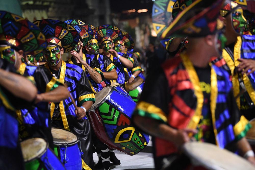 Bateristas tocam o ritmo tradicional candombe na capital uruguaia
