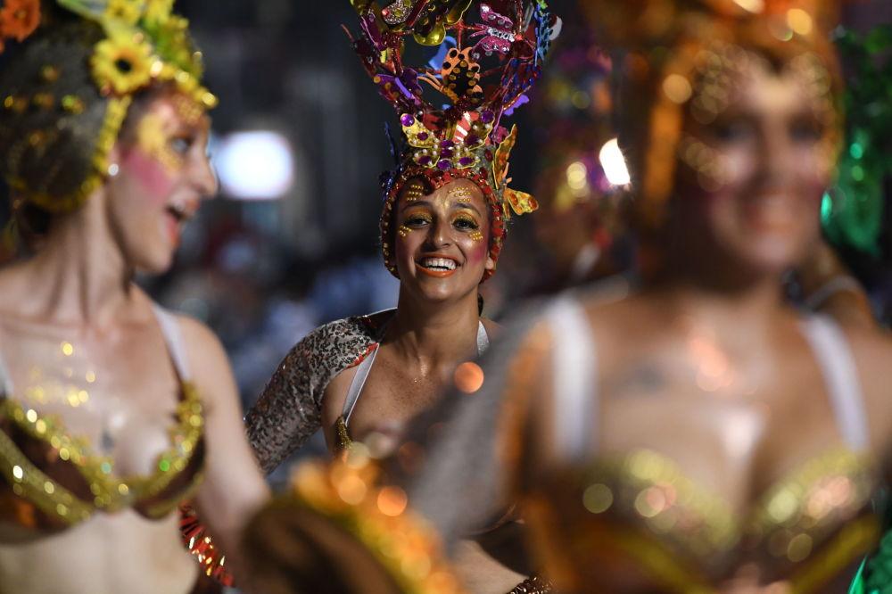 O candombe toca para jovens que dançam em plena alegria em Montevidéu