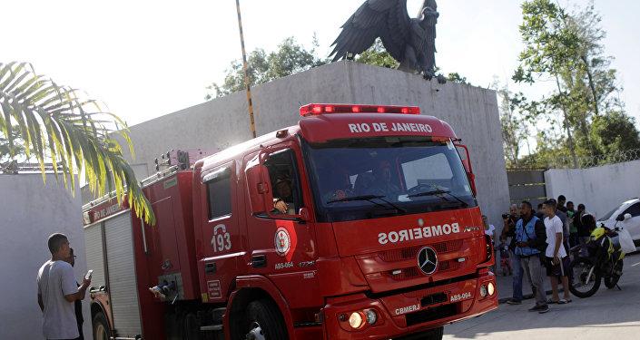 Bombeiros no Centro de Treinamento do Flamengo após incêndio que deixou 10 mortos