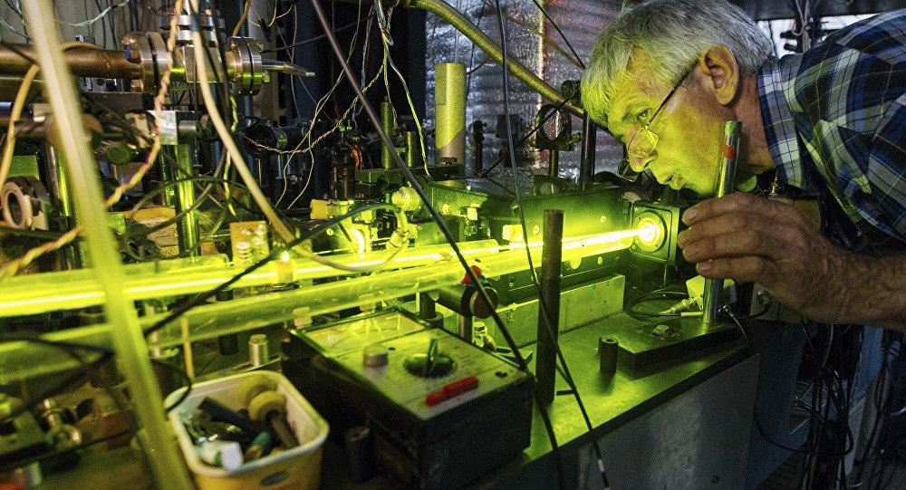 O cientista Anatoly Bonert trabalha em um relógio atômico de magnésio em Novosibirsk, na Rússia, em 8 de junho de 2015.