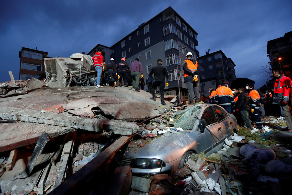 Equipe de resgate procurara por sobreviventes no local de uma construção residencial desmoronada no distrito de Kartal, Istambul, Turquia, 6 de fevereiro de 2019