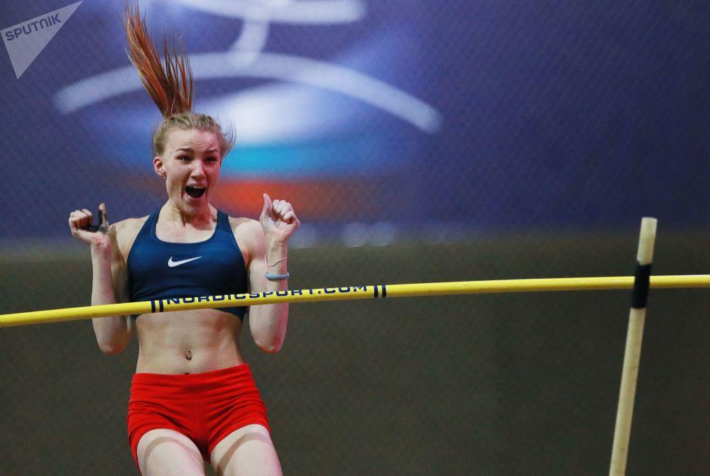 Atleta russa, Irina Ivanova, realiza salto com vara no torneio de atletismo feminino em Moscou, Rússia