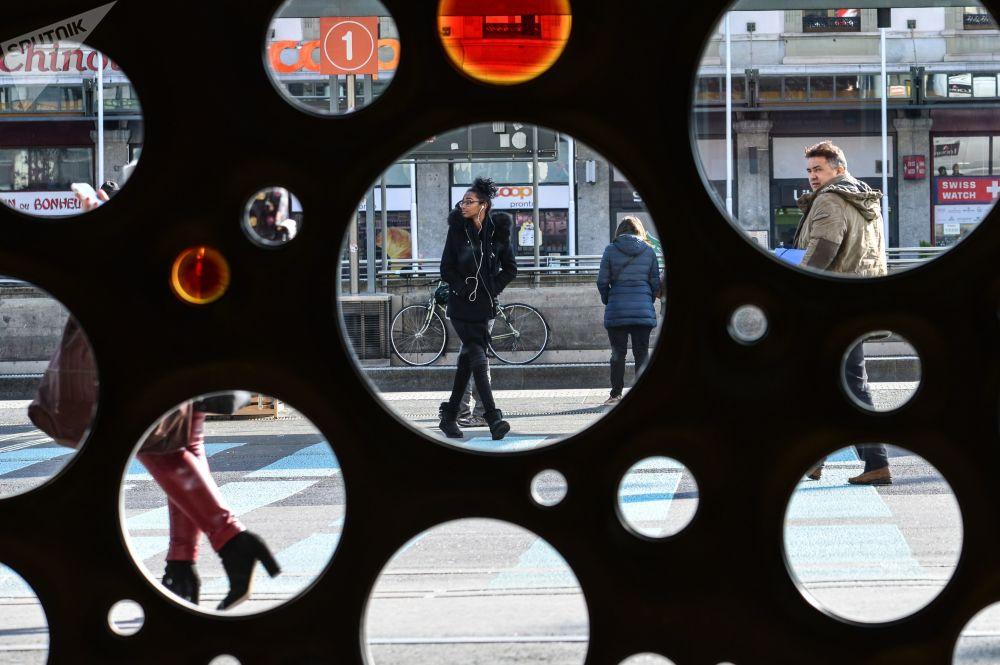 Pessoas em uma das ruas da cidade de Genebra, na Suíça
