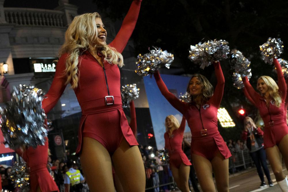 Líderes de torcida dos EUA participam de desfile da noite do Ano Novo Chinês em Hong Kong, China, em 5 de fevereiro de 2019