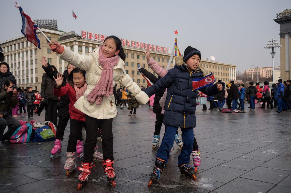 Crianças brincam durante celebrações que marcam o Ano Novo Chinês, em Pyongyang, Coreia do Norte, em 5 de fevereiro de 2019
