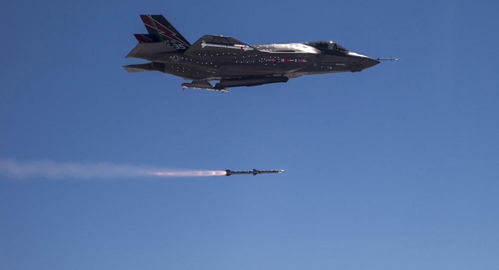 F-35A Lightning II disparando míssil AMRAAM na costa da Califórnia durante teste, em 30 de outubro de 2014
