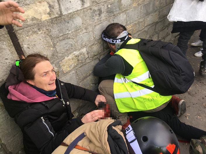 Explosão de granada arranca mão de manifestante dos coletes amarelos em Paris