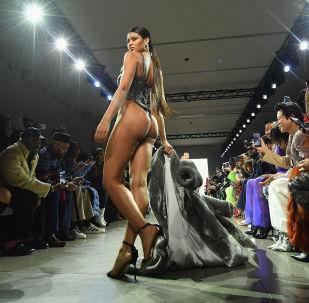 Modelo desfilando com roupa do designer americano LaQuan Smith no New York Fashion Week 2019, 10 de fevereiro.