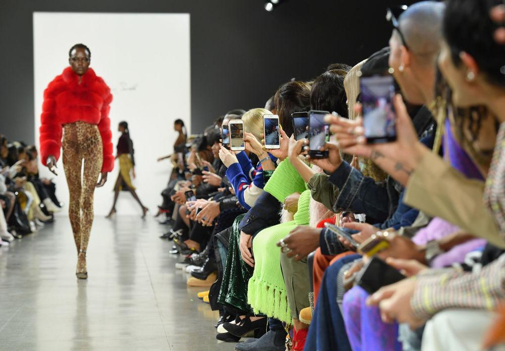 Modelos esbanjam roupas do designer LaQuan Smith