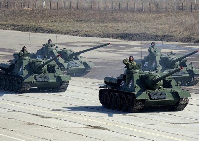 Obuseiros autopropulsados SU-100 durante exercícios militares (foto do arquivo)