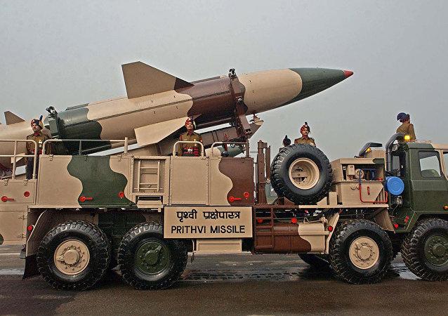 Veículo do Exército indiano transportando um míssil Prithvi participa da parada do Dia do Exército em Nova Deli (Foto de arquivo)