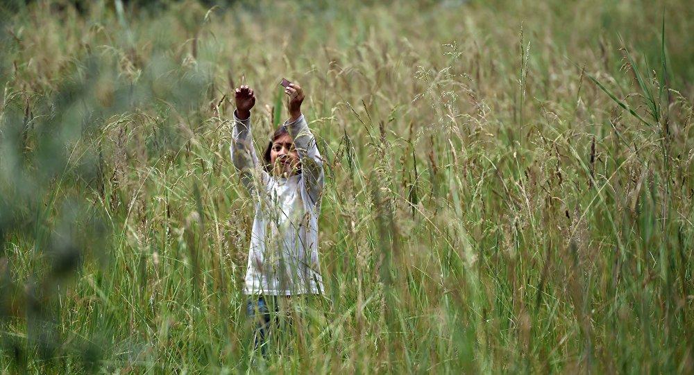 Uma menina afegã de uma família de refugiados que está agora perto da cidade de Subotica, na Sérvia