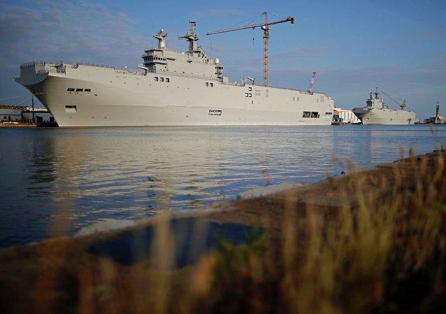 Dois porta-helicópteros da classe Mistral no oeste da França, 21 de maio de 2015