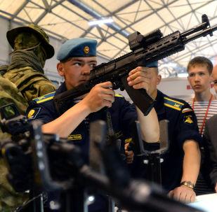 Um cadete examina o novo fuzil de assalto russo AK-12 (Consórcio Kalashnikov)