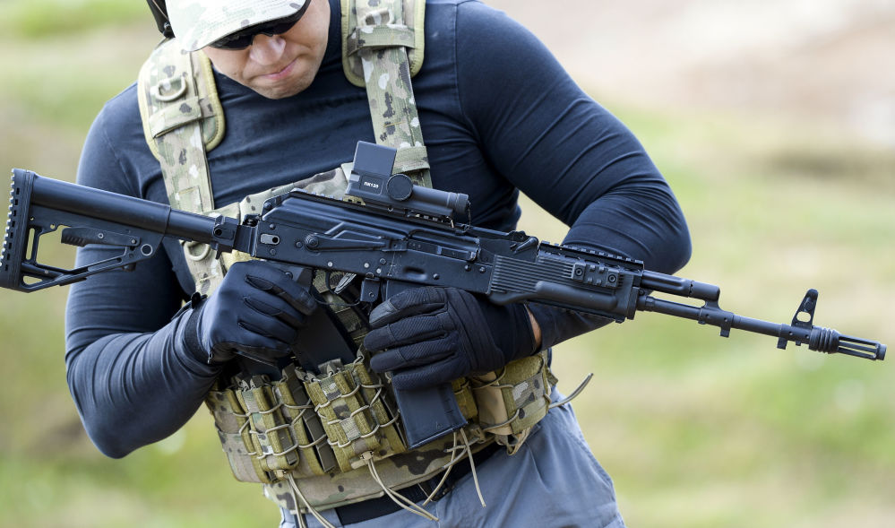 Demonstração de fuzil de assalto AK-74M na exposição Army 2015 em Kubinka, Rússia.