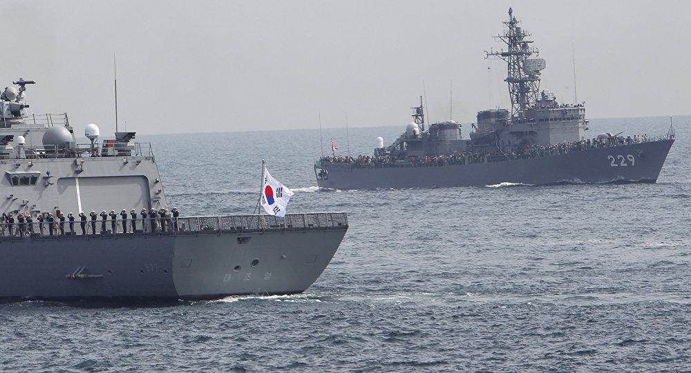 Exercícios navais com o navio sul-coreano Dea Joyeong e a embarcação japonesa Abukuma