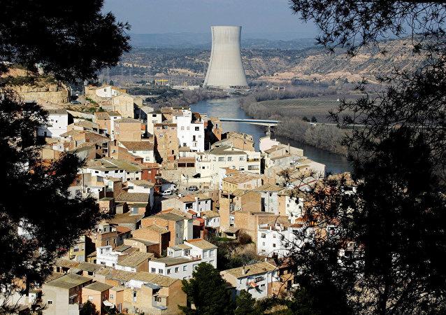 Uma visão da vila de Asco e de uma usina nuclear, que usa as águas da água do rio Ebro para resfriá-la.