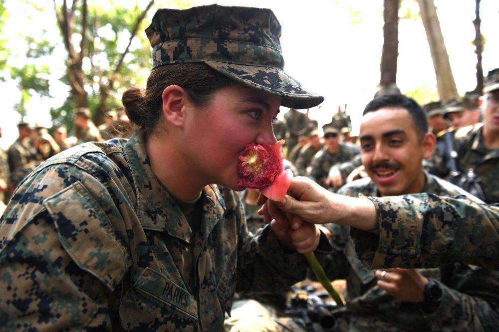 Militar norte-americana come flor durante as manobras, em 14 de fevereiro de 2019