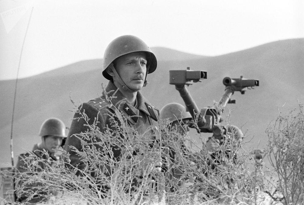 Comandante da Bateria de Artilharia, capitão Vladimir Skiba, que foi condecorado com ordem militar afegã. 31 de maio de 1984