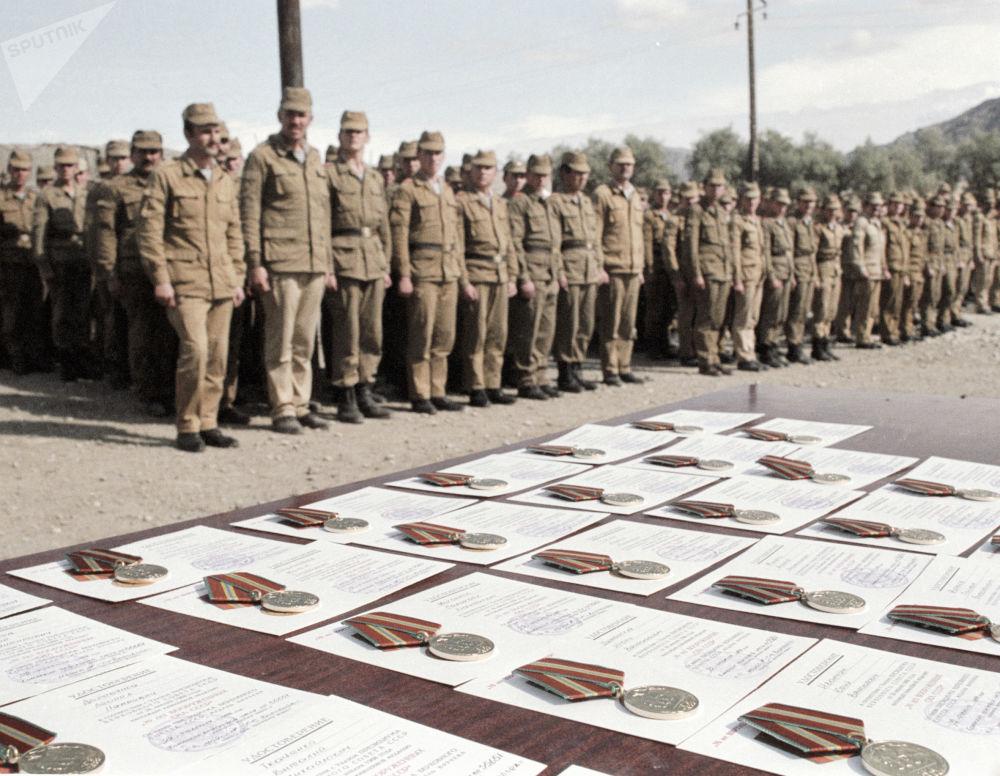 Condecoração dos soldados de um contingente limitado de tropas soviéticas no Afeganistão