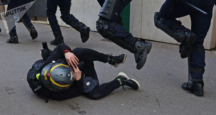 Policiais e manifestante dos coletes amarelos durante protesto em Paris, França