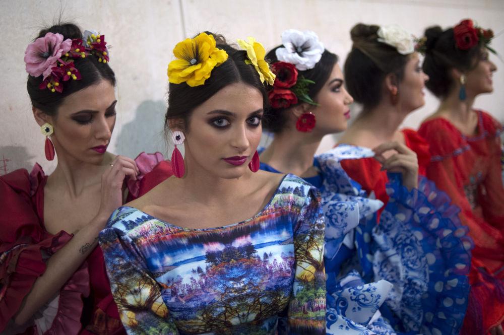 Modelos aguardam nos bastidores do desfile de moda international Flamenco Fashion Show (SIMOF), em Sevilha, Espanha, 10 de fevereiro de 2019