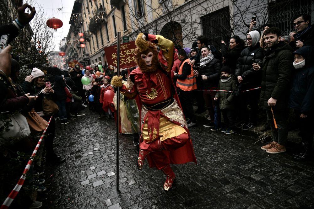 Membros da comunidade chinesa celebram o Ano Novo Chinês, marcando a entrada no ano do zodíaco do porco com um desfile tradicional, em Milão, Itália, 10 de fevereiro de 2019