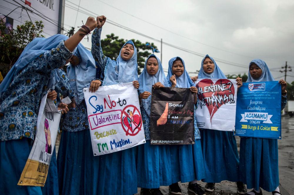 Grupo de estudantes indonésios muçulmanos participa de um comício contra o Dia de São Valentim, em Surabaya, Indonésia, 14 de fevereiro de 2019