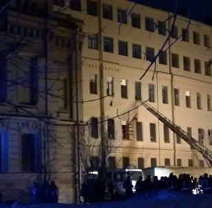 Bombeiros retiram pessoas do prédio da Universidade Estadual de São Petersburgo de Tecnologia da Informação, Mecânica e Ótica após desabamento de lajes