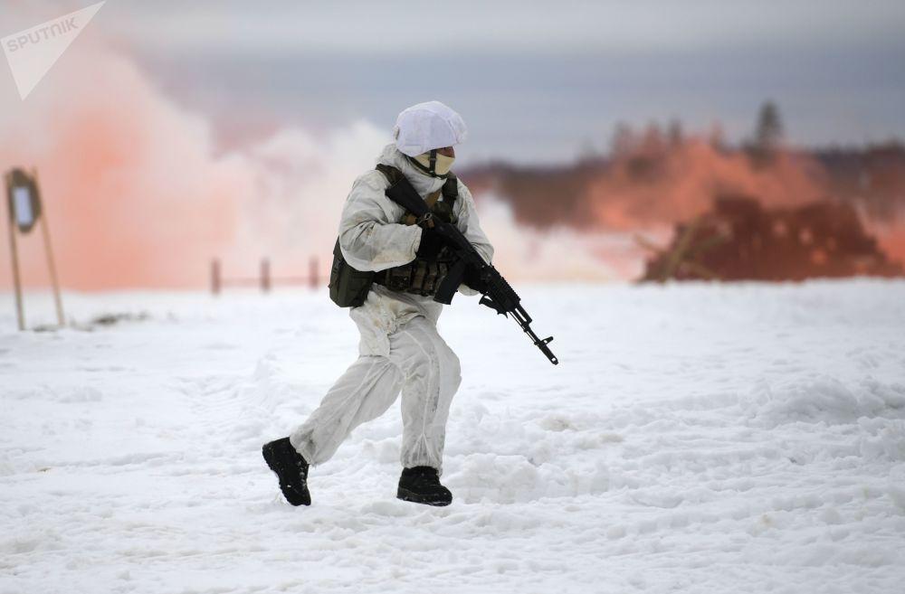 Militar realiza movimento tático durante exercícios das forças especiais