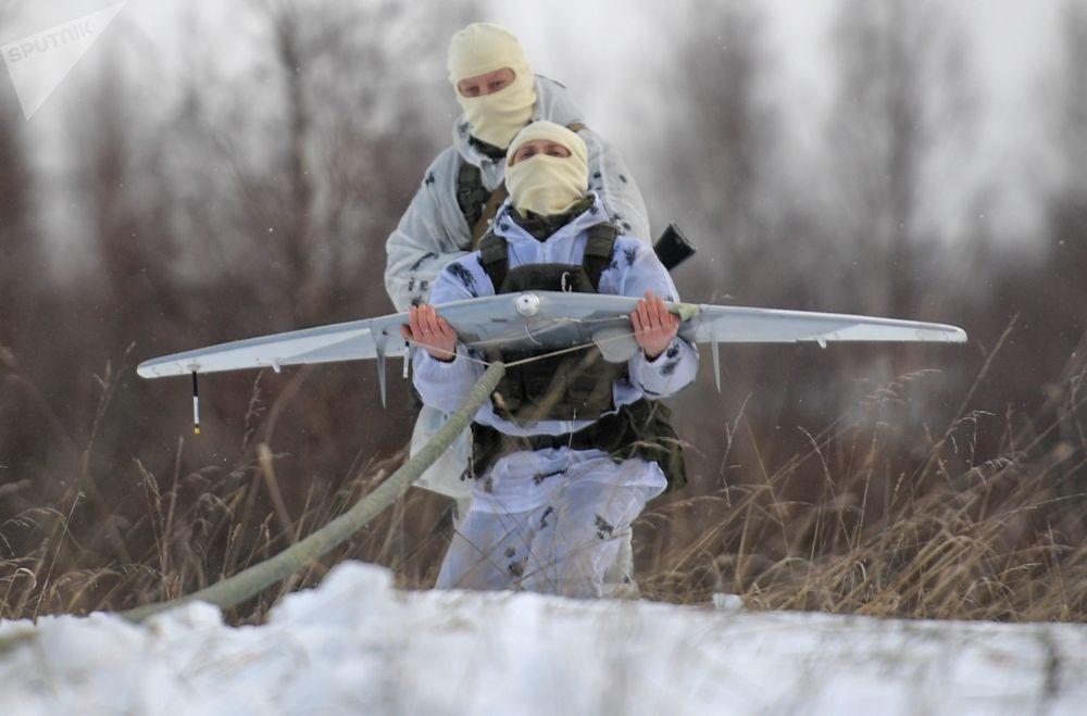 Militares das forças especiais lançam drone durante fase final dos exercícios táticos