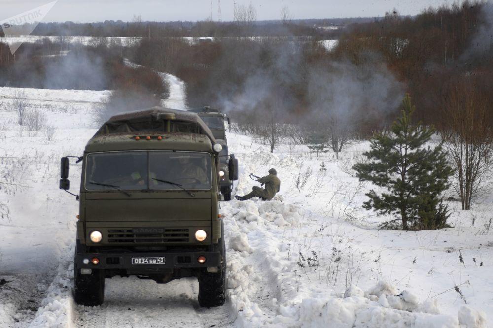 Veículos das forças especiais durante exercícios táticos no polígono de Dubrovka, Rússia