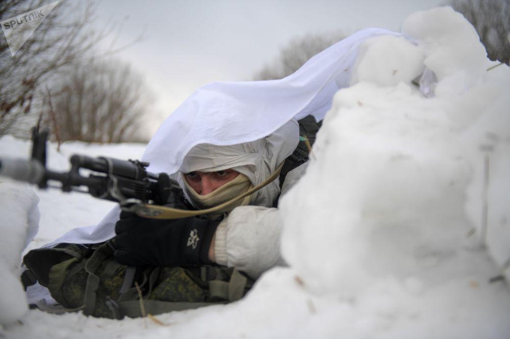 Atirador de elite das forças especiais durante exercícios táticos no polígono de Dubrovka, Rússia