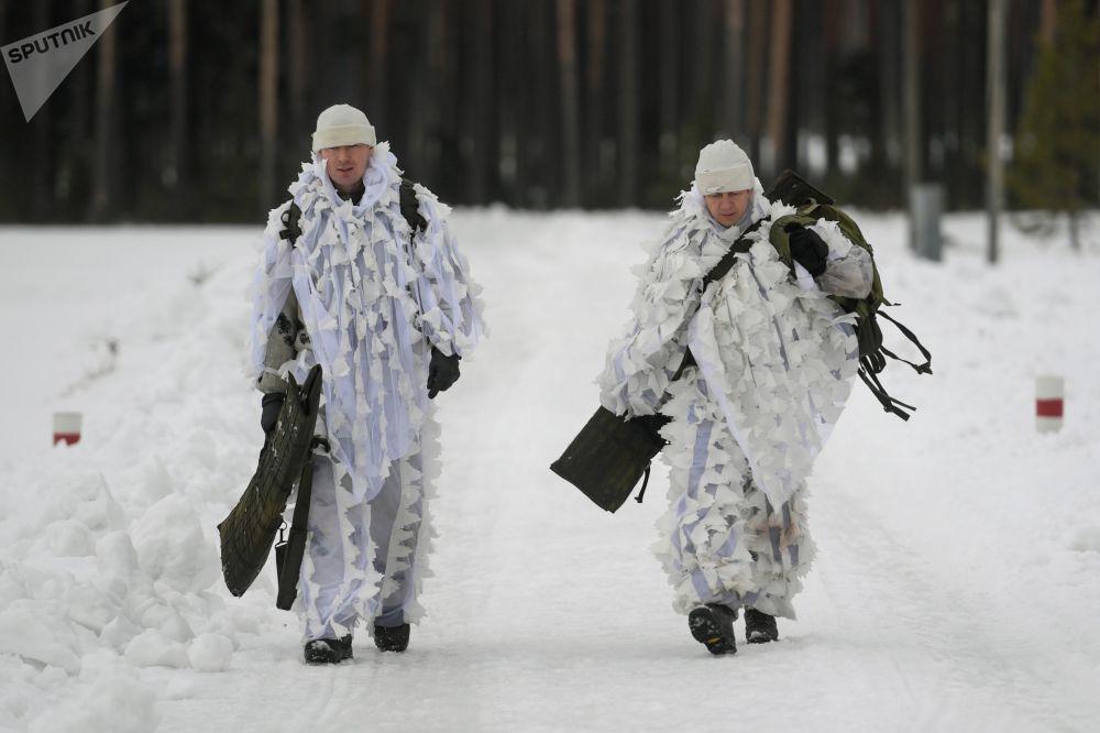 Militares das forças especiais caminham durante exercícios táticos