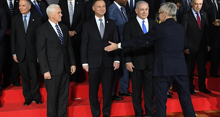 O vice-presidente dos EUA, Mike Pence, o presidente da Polônia, Andrzej Duda, eo primeiro-ministro de Israel, Benjamin Netanyahu, são vistos durante os preparativos para uma foto a conferência sobre Paz e Segurança no Oriente Médio em Varsóvia.