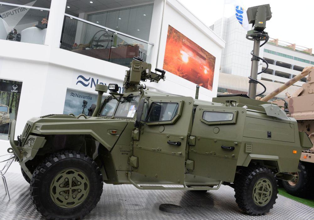 Veículo utilitário 4x4 espanhol VAMTAC ST5