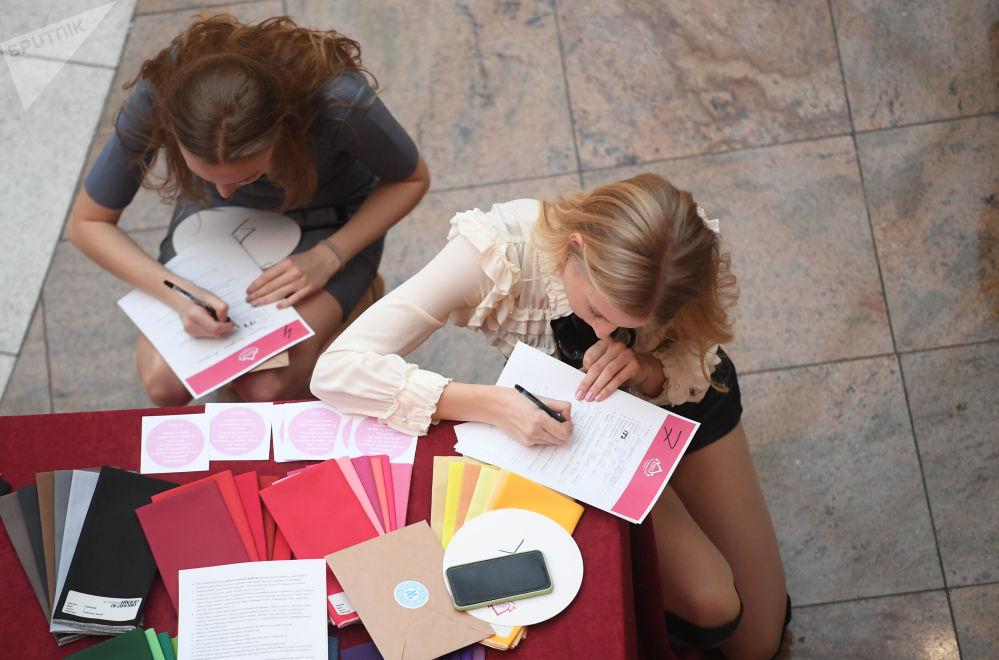 Garotas preenchem formulário para participação no concurso