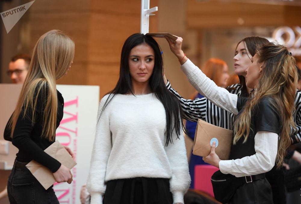 Altura de garota é medida antes do início do casting