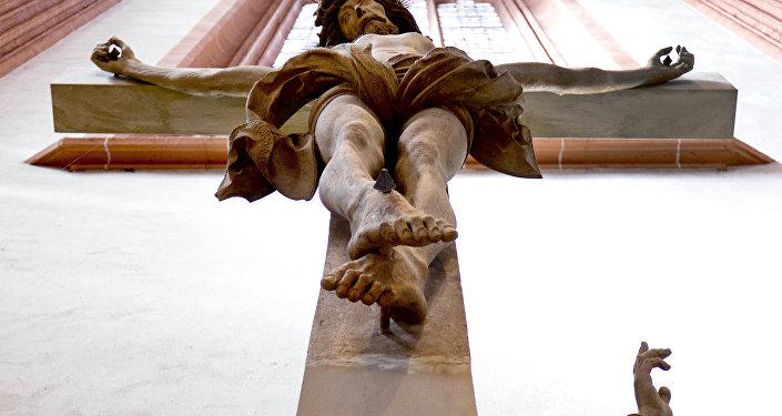 Crucifixo na parede de catedral (imagem referencial)