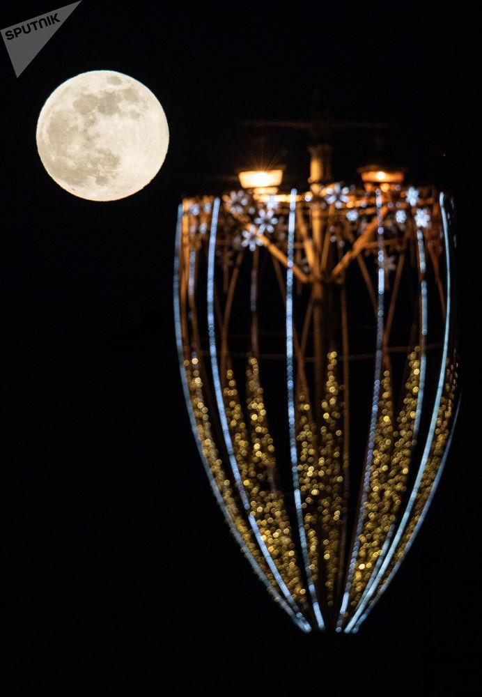 Quando a Lua cheia aparece no seu ponto mais próximo da Terra ela é ligeiramente mais brilhante e maior do que uma Lua cheia normal