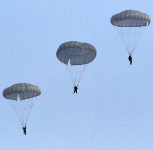 Militares russos da 83ª Brigada de Assalto de Paraquedistas aterrissam no território russo de Primorie durante exercício tático de demonstração