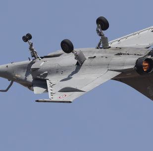 Caça francês Rafale sobrevoa de cabeça para baixo exposição Aero India 2019 em Bangalore