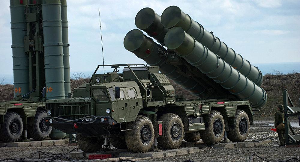 Sistemas russos de defesa antiaérea S-400 [© Sputnik / Sergei Malgavko]