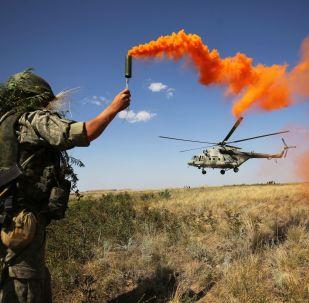 Um militar participa de exercícios táticos do Distrito Militar Sul na região de Volgogrado