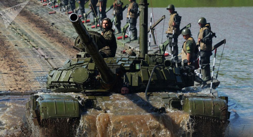 Tanque T-72 superando obstáculos aquáticos durante manobras na região russa de Primorie, 2017