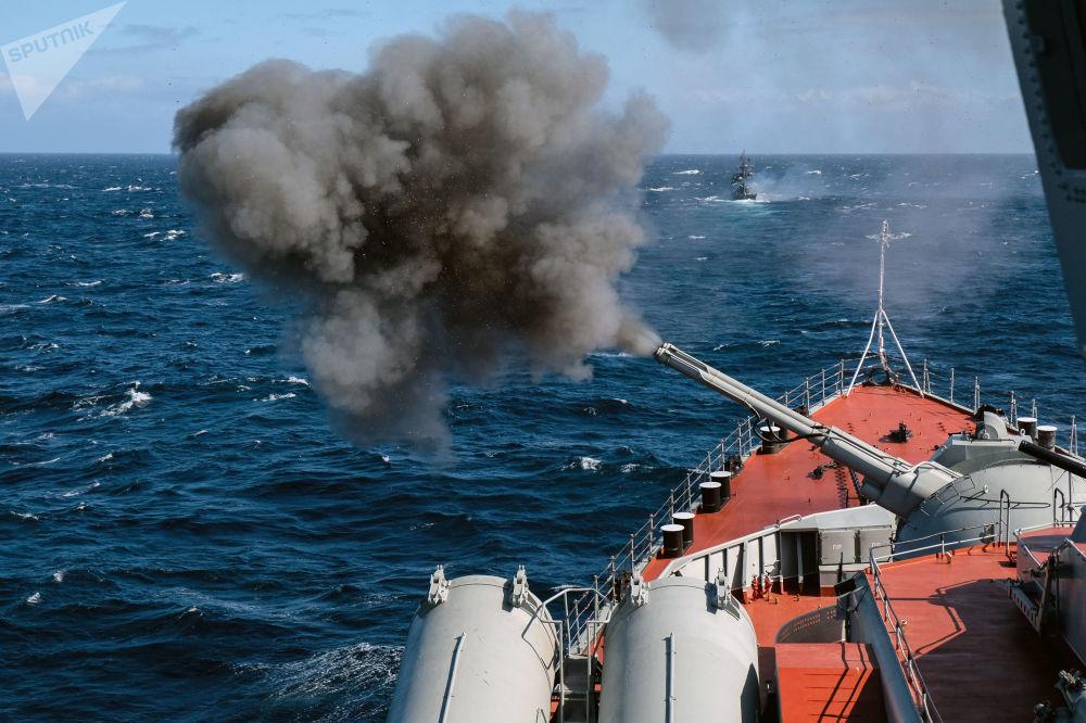 Armas instaladas a bordo de navios disparam no decurso das manobras Kumzha 2018 no mar de Barents