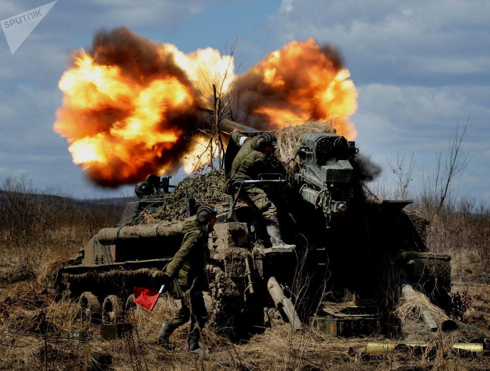 Canhão autopropulsado 2S5 Giatsint-S dispara contra alvos de um inimigo virtual no âmbito das manobras táticas no Distrito Militar Oriental, na região de Primorie, 2016